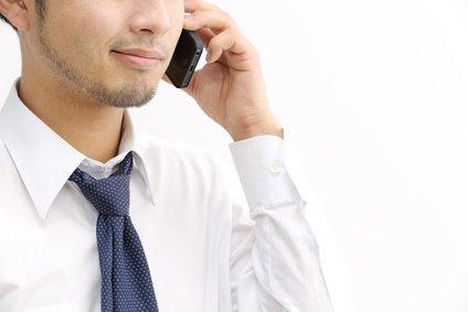 電話で騙そうとしている営業マン