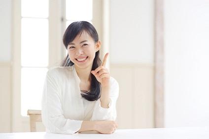 白いシャツを着た笑顔の女性