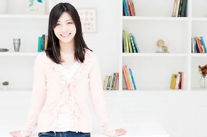 本棚の前に立つ女性