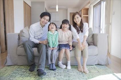 ソファーに座る4人家族