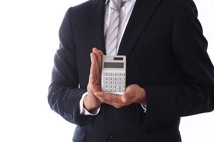 電卓を持つスーツ姿の男性