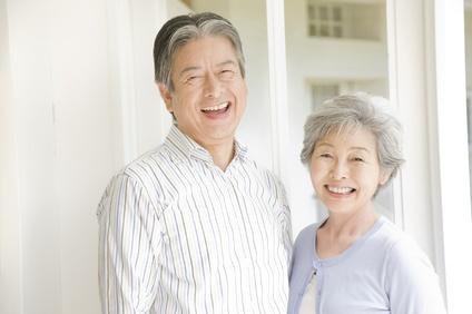 笑顔のシニア夫婦