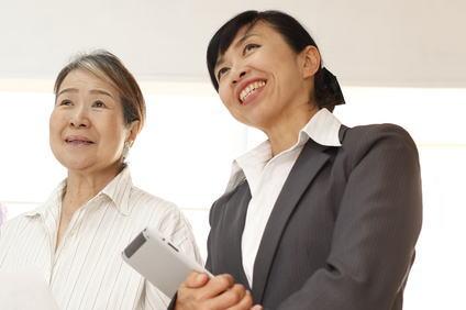 老婦人と営業レディ