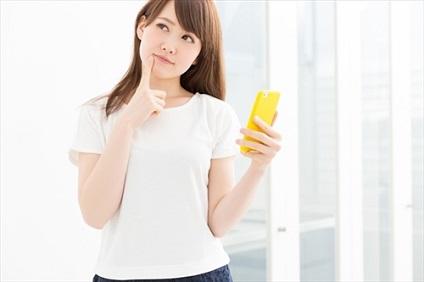 黄色のスマホを持つ女性