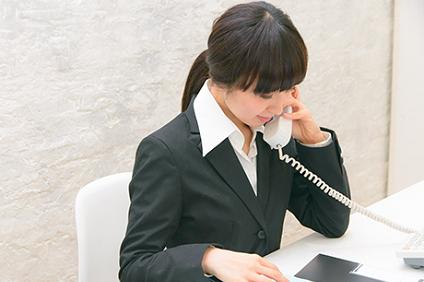 電話対応をする女性事務員