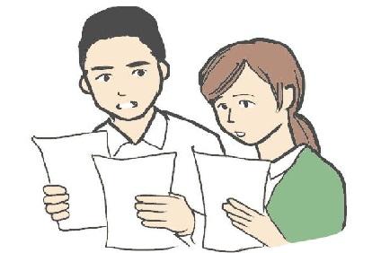 見積もりを見比べる夫婦