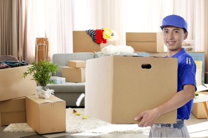 荷物を運ぶ便利屋の男性スタッフ