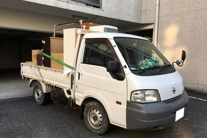 不用品を積んだ白いトラック