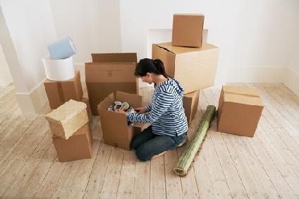 引っ越し準備をする女性