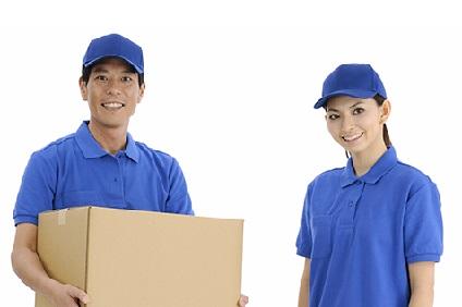 ブルーの作業服を着た男女