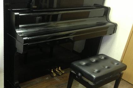 黒のアップライトピアノ
