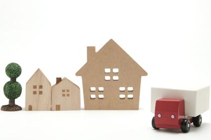 荷物を運ぶおもちゃの赤いトラック