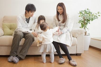 夫婦と小さい子供たち
