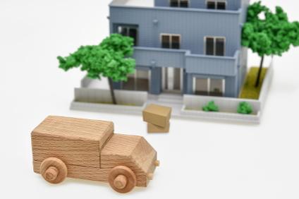 ミニチュアの家とトラック
