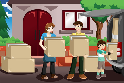 家族そろって引越しの荷物を運ぶ