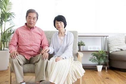 ソファーに座るシニア夫婦