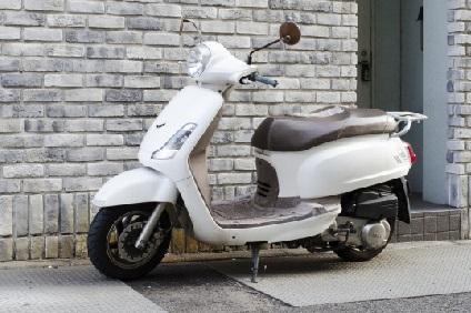 登録変更予定の白いバイク