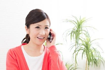 引越し業者と話をする女性