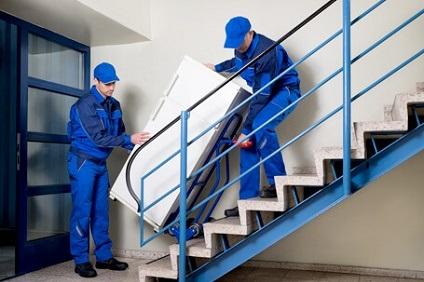 冷蔵庫を運ぶ男性