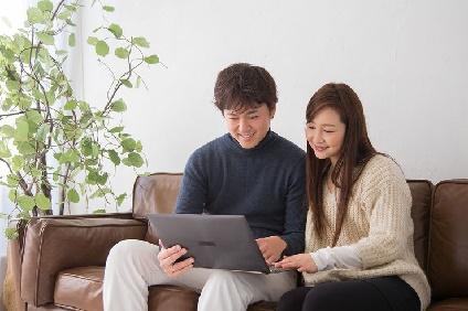 インターネットを利用するカップル