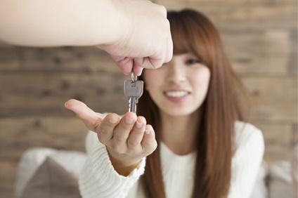 部屋の鍵を受け取る女性