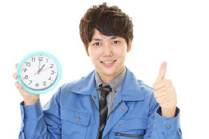 時計を持つ作業服の男性