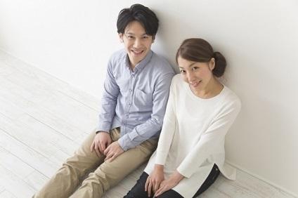 床に座るカップル