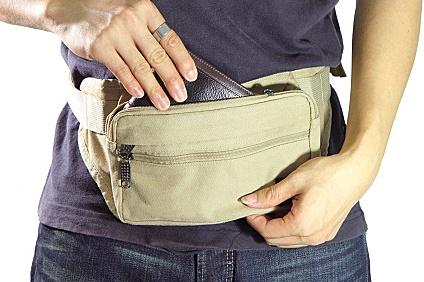 ウエストポーチに入れた財布
