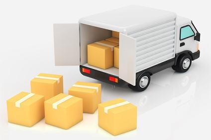 トラックに積み込むダンボール