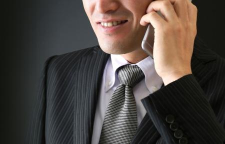電話で話をする悪徳業者