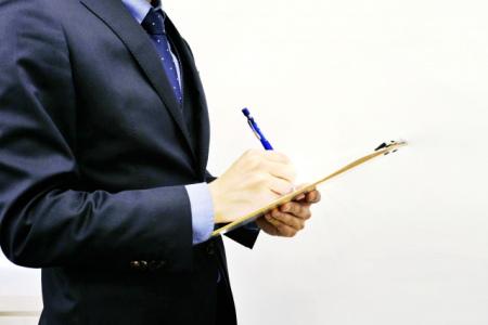 家財チェックリストを作成する営業マン