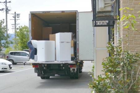 トラックに家具を積み込んでいる