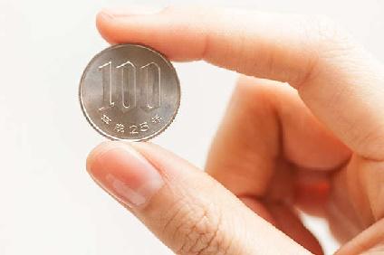 100円をもつ右手