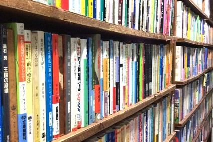 棚に並べられたたくさんの本