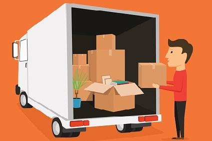 トラックに引越しの荷物を積む