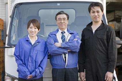 作業服を着た男女三人