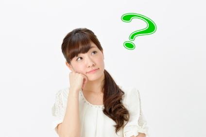 引越しの追加料金について疑問を持つ女性
