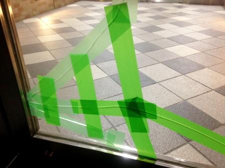 割れてテープで補修した窓ガラス