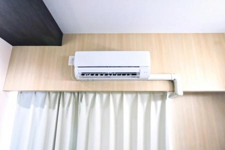 部屋の壁に取り付けられたエアコン