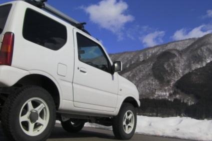 白の四輪駆動車