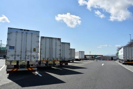駐車場にならんでいるトラック