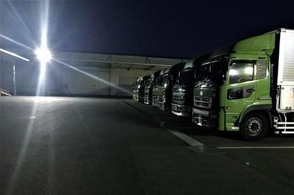 夜のトラック置き場