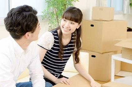 引っ越し準備のカップル