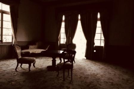洋風の高級家具が置かれた部屋