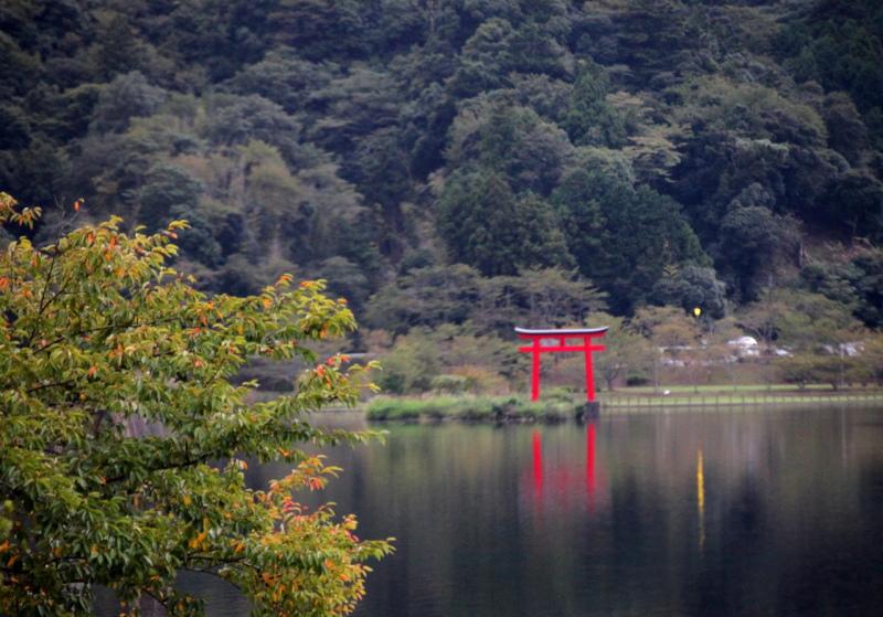 君津市の亀山湖に見える赤い鳥居