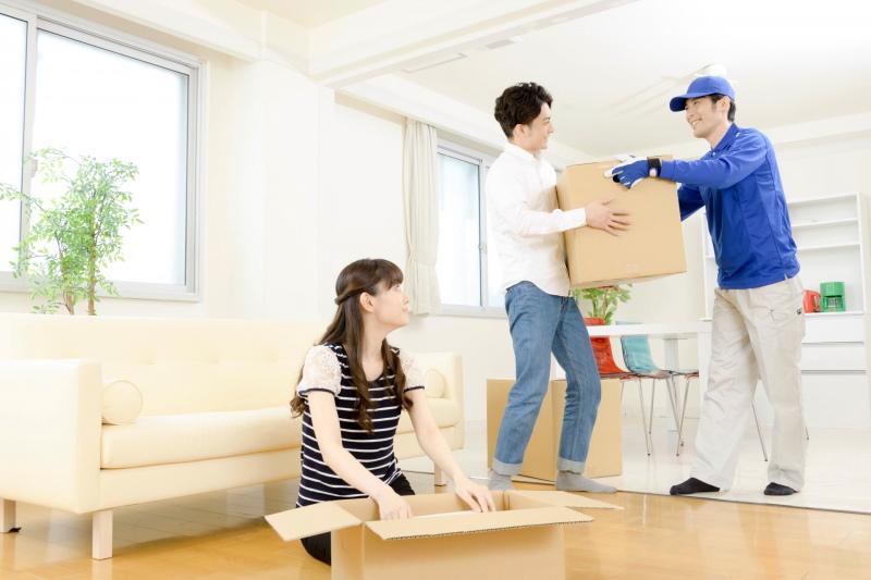 引っ越し業者と若い夫婦